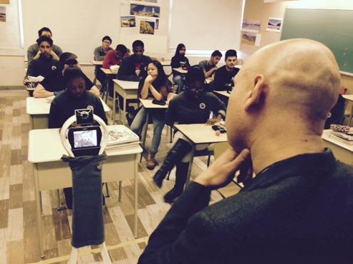La Commission scolaire Marguerite-Bourgeoys fait l'essai d'un robot téléguidé qui assure une présence virtuelle en classe à une élève du secondaire.