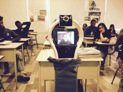 Des élèves ont mis le polo de l'école au robot qui permet à leur camarade de suivre ses cours à partir de sa chambre. Ils lui ont aussi donné un nom. La version virtuelle de Nadine est devenue « i-Dine ».