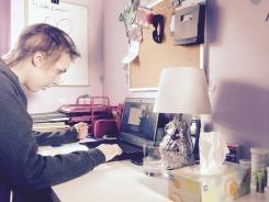 C'est l'élève qui télécommande les déplacements du robot à partir d'un ordinateur portable que la Commission scolaire lui a prêté. Ce projet pilote est une première au Québec.