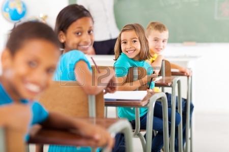 21191536-groupe-d-eleves-de-l-ecole-primaire-en-classe-regardant-en-arriere